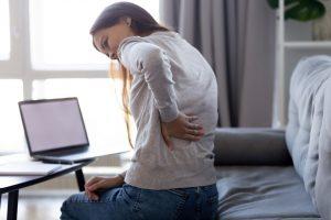 Une femme qui a mal au dos